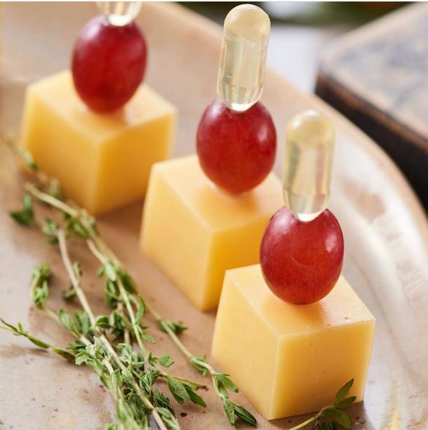 Канапе сыром и виноградом